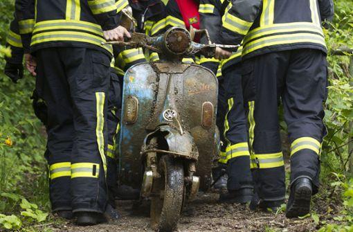 Feuerwehr fischt gestohlenen Roller aus dem Neckar