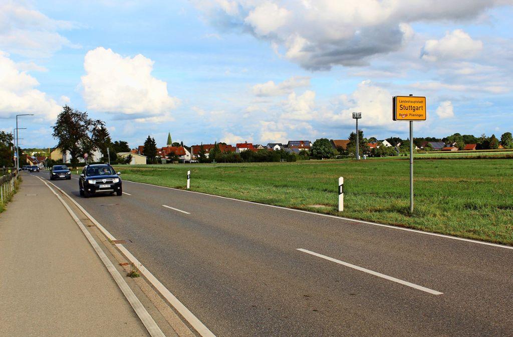 Auf diesem Foto war es noch möglich: Aktuell können Autofahrer von Plieningen her kommend nicht auf die Echterdinger Straße fahren. Die Gegenspur ist frei. Foto: Jacqueline Fritsch