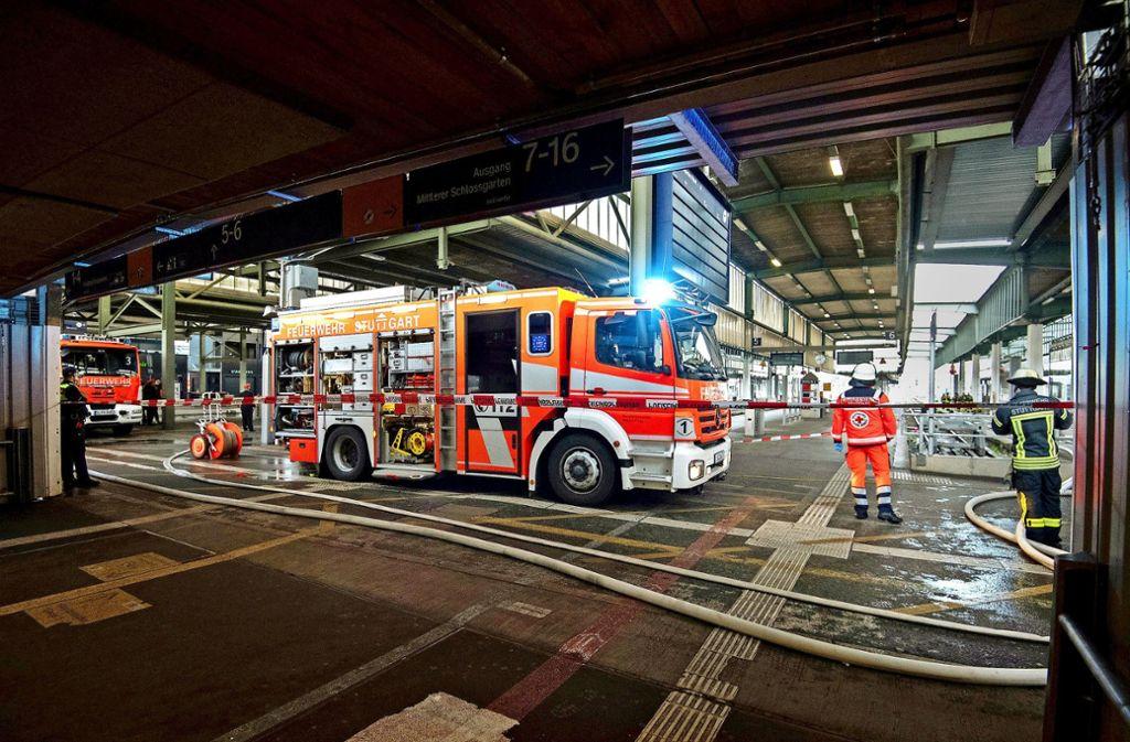 Mit drei Löschzügen rückt die Feuerwehr zum Großeinsatz im Stuttgarter Hauptbahnhof an. Foto: dpa/Marijan Murat