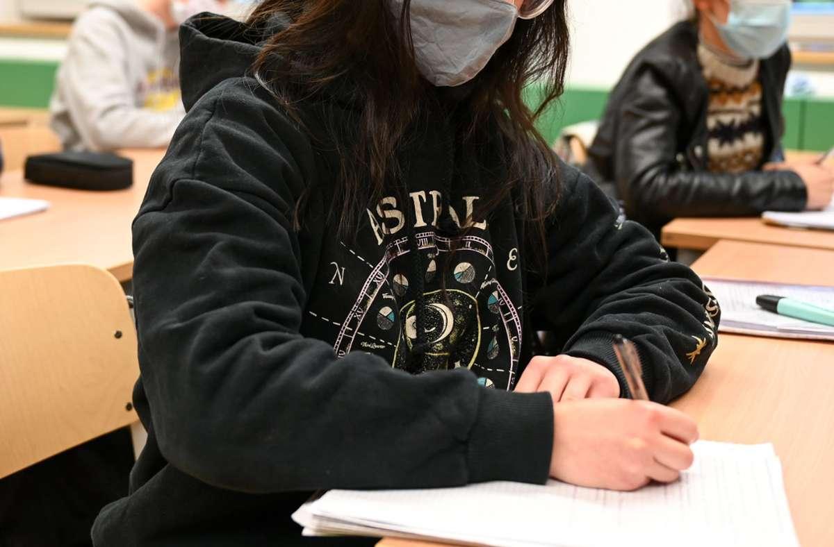 Eine Schülerin scheitert an dem Versuch, gegen die Maskenpflicht während Klausuren vorzugehen (Symbolfoto). Foto: dpa/Felix Kästle