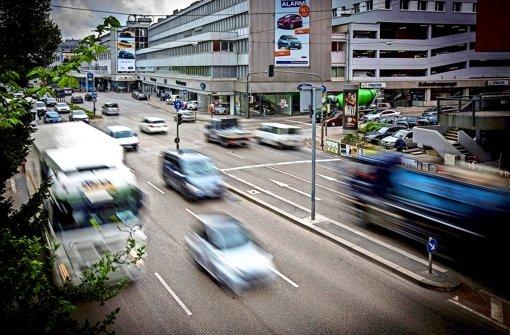 Seit 2005 gilt das Neckartor wegen der hohen Feinstaubwerte als schmutzigste Kreuzung Deutschlands. Die EU fordert nun mehr Einsatz gegen die dicke Luft. Foto: Achim Zweygarth