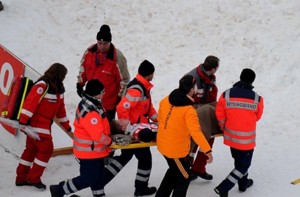 Der Östereicher Thomas Morgenstern wird nach seinem schweren Sturz von Rettungskräften erstversorgt. Foto: dpa
