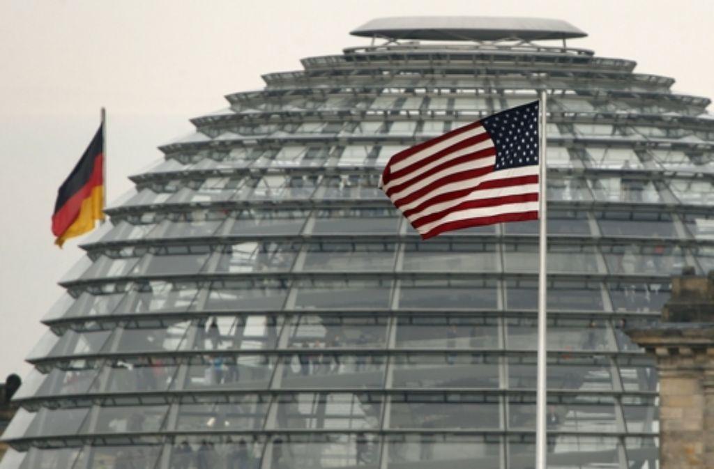 Nicht weit entfernt vom Bundestag weht in Berlin die US-Flagge über der amerikanischen Botschaft Foto: AP