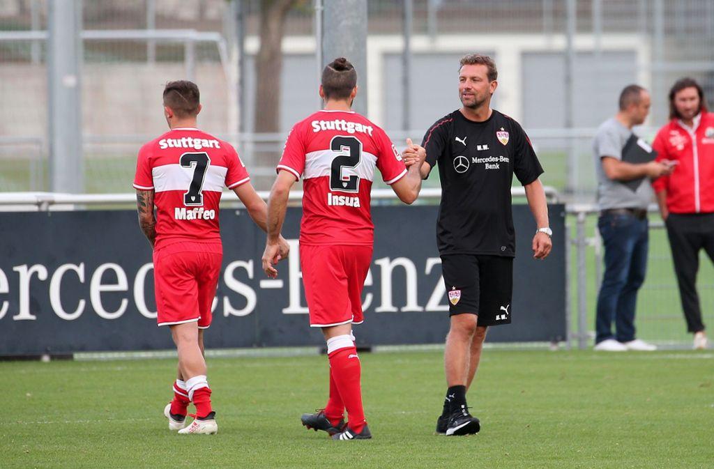 Der erste Test ist absolviert: der neue Trainer Markus Weinzierl (rechts) bedankt sich nach dem 3:1 gegen Sandhausen bei Emiliano Insua und Pablo Maffeo (links). Foto: Baumann