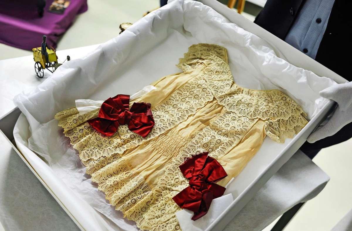 Ein Kinderkleid aus dem Besitz von König Wilhelm II wird auf der im Oktober beginnende Ausstellung im Stadtmuseum zu sehen sein. Foto: Lichtgut/Max Kovalenko