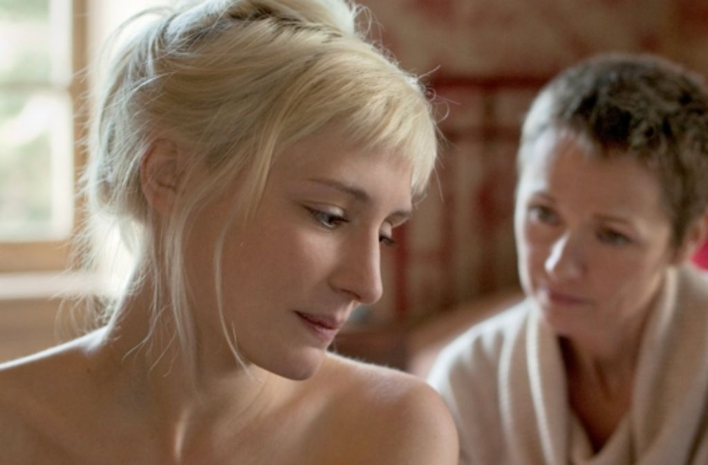Die mittellose Melody (Lucie Debay, links) geht eine extreme Geschäftsbeziehung mit der begüterten Emily (Rachael Blake) ein. Foto: MFA+