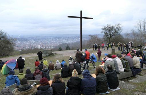 Gläubige feiern Ostern hoch über dem Kessel