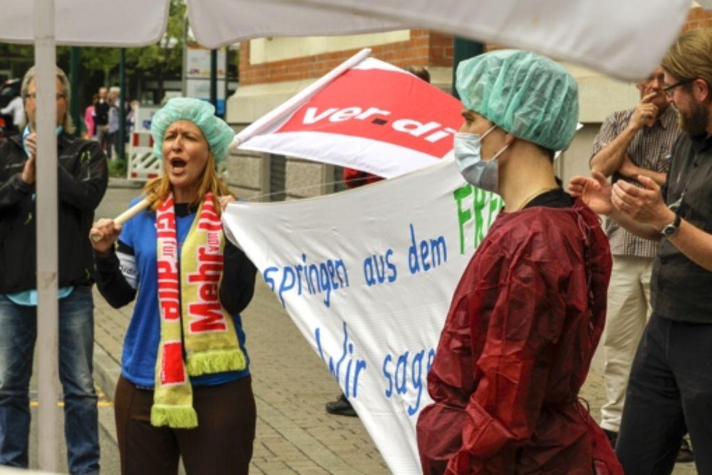 Bereits im Sommer gab es Streit: Verdi-Mitglieder hielten eine Mahnwache vor dem Klinikum Ludwigsburg ab. Foto: factum/Archiv