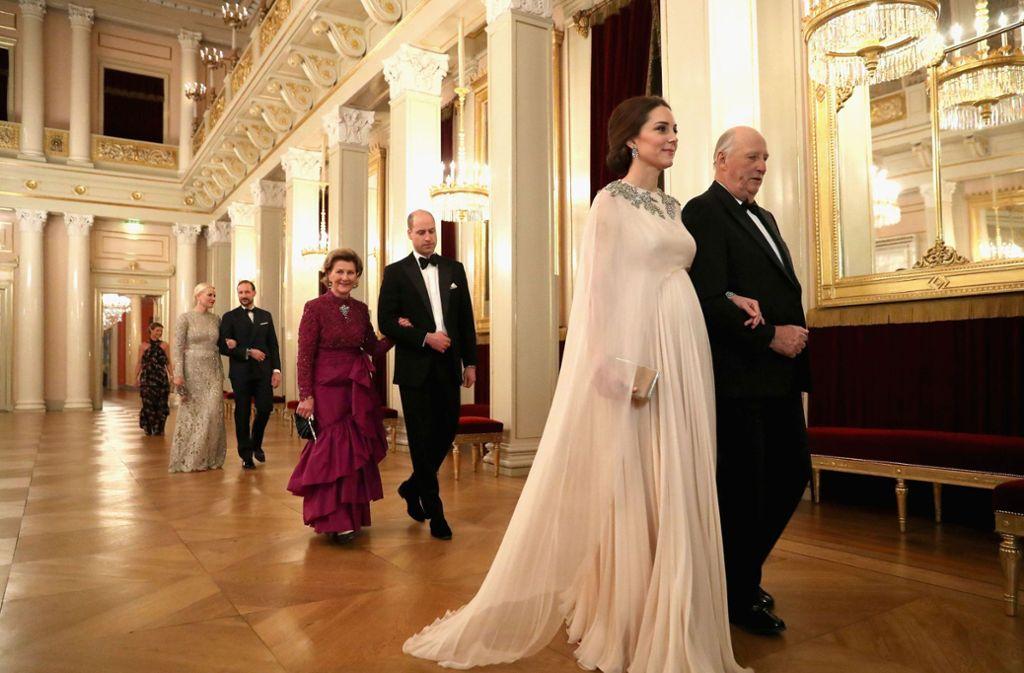 Beim Abendessen im Norwegischen Königshaus trägt Kate eine rosa Chiffon-Robe, die ihren Babybauch betont. Foto: PA Wire