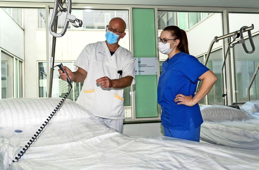 Volker Held, Chef der Intensivpflege am Böblinger Krankenhaus, weist seine neue Kollegin Leonie Motzkus ein.  Foto: factum