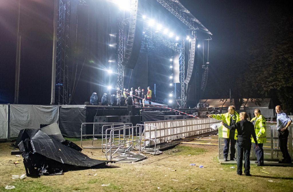 Die zerbrochene LED-Leinwand liegt neben einer Bühne. Sie war durch ein Unwetter herausgerissen worden und hat dutzende Menschen verletzt. Foto: dpa