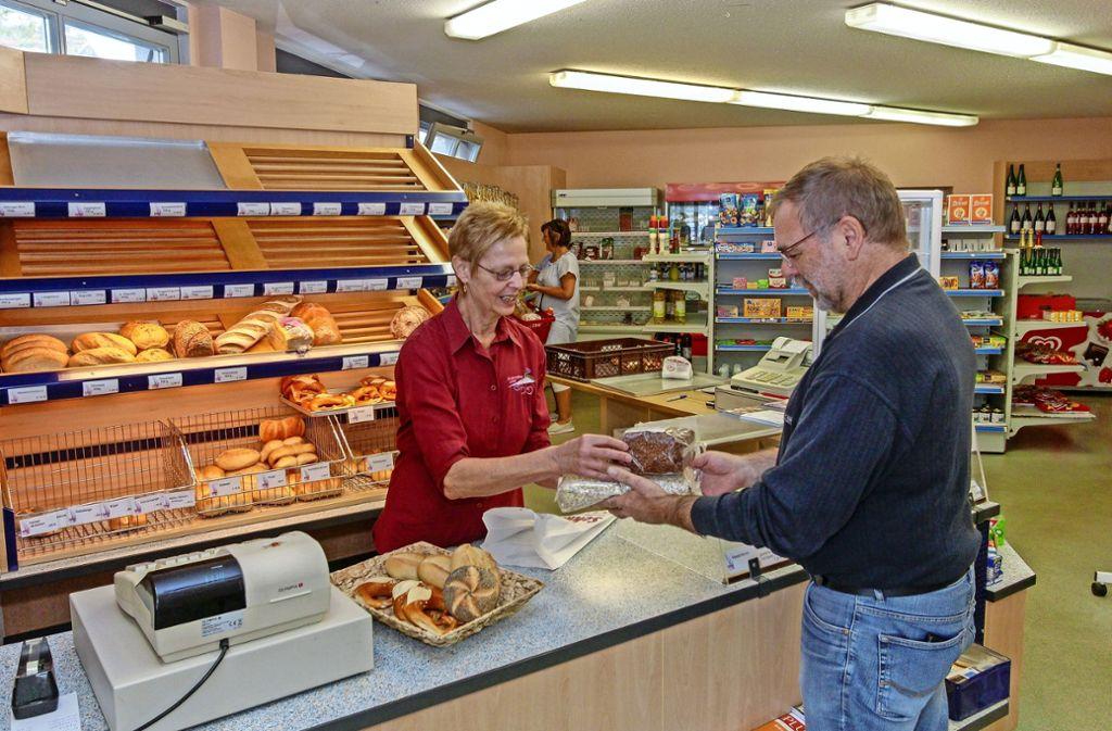Anita Dettinger verkauft Reiner Loidold Müsli.  Brötchen hat er schon  geholt. Foto: factum/Bach