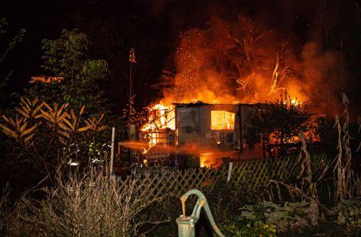 Bauwagen brennt auf Gartengrundstück