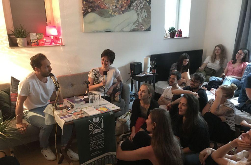 """Friedemann Karig hat vor rund 50 jungen Leuten in einer  Fünfer-WG an der Klopstockstraße aus seinem neuen Roman """"Dschungel"""" gelesen.Foto:z/Nina Wittmann Foto:"""