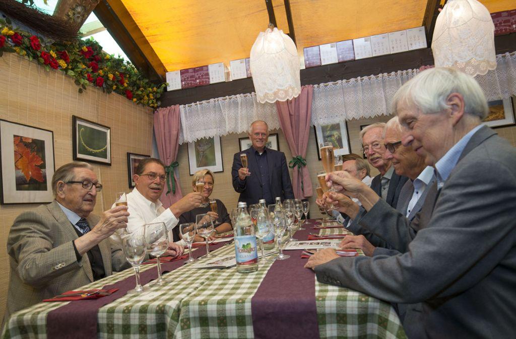 Oberbürgermeister Fritz Kuhn (stehend) begrüßt Alt-Bürgermeister. Bilder von der Eröffnung des Weindorfs  sehen Sie in der Galerie. Foto: Lichtgut/Leif Piechowski