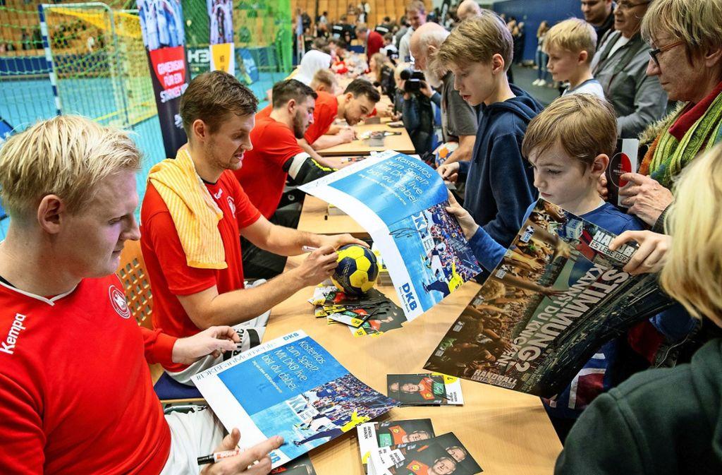 Gefragte Autogramme der Stars im Handball-Nationalteam: Wer neue Talente finden will, muss dafür einiges tun. Foto: dpa