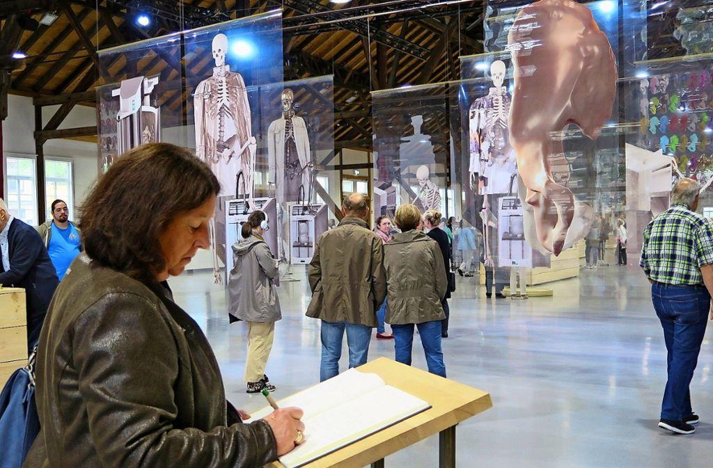 Pia Steisslinger hält ihre Eindrücke vom Triennale-Besuch im Gästebuch fest. Den Tag der offenen Tür haben am Sonntag viele Kunstfreunde genutzt. Foto: Brigitte Hess