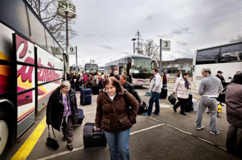 In Obertürkheim sind allein am Donnerstag rund 30 Busse abgefertigt worden. Wegen des Ferienbeginns ist besonders viel Betrieb gewesen. Foto: Honzera