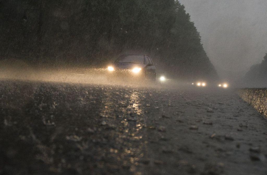 Die 20-Jährige verlor  bei starkem Regen die Kontrolle über ihr Auto. (Symbolfoto) Foto: dpa