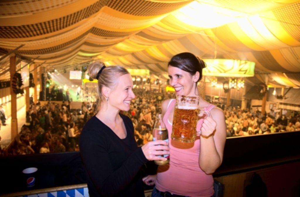 Mineralwasser tritt gegen Bier an: Die Autorinnen Annina Baur (links) und Maira Schmidt haben den Test gemacht. Foto: Martin Stollberg