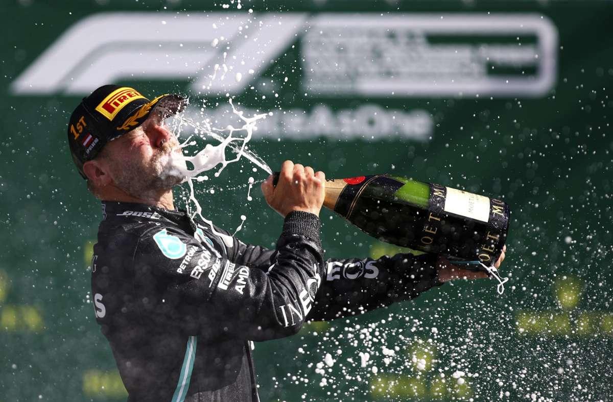 Prost! Valtteri Bottas gewinnt sein achtes Rennen und feiert das auch entsprechend. Foto: AP/Mark Thompson