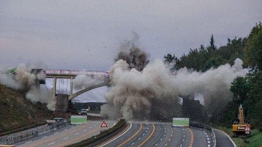 Ein Warnsignal, ein Knall und die Brücke ist Geschichte