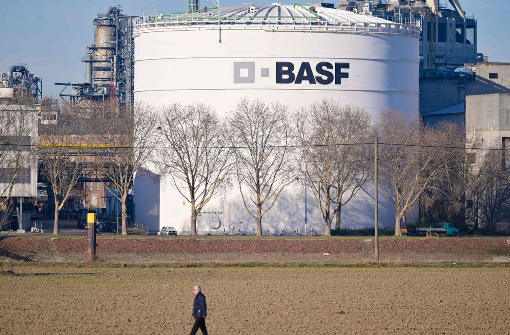 Die BASF beliefert ab sofort Krankenhäuser mit Desinfektionsmittel. Foto: AFP/UWE ANSPACH
