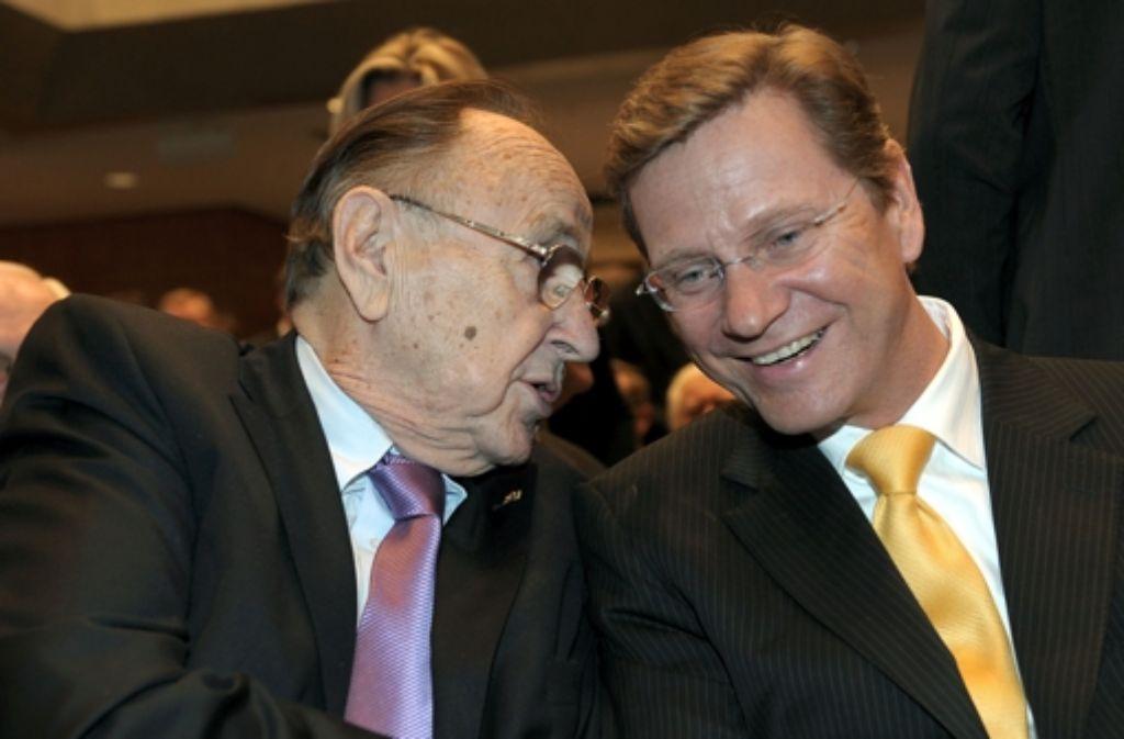 Der vor wenigen Tagen verstorbene Guido Westerwelle (rechts) beriet sich oft mit seinem Vorgänger Hans-Dietrich Genscher. Foto: dpa