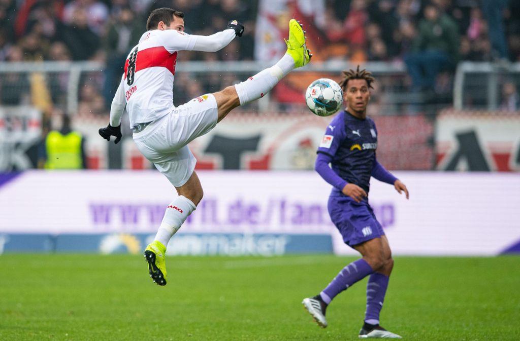 Das Hinspiel in Osnabrück verloren Gonzalo Castro (links) und der VfB Stuttgart noch mit 0:1, im heimischen Stadion soll nun am Sonntag die Revanche gelingen. (Archivbild)Foto: dpa Foto:
