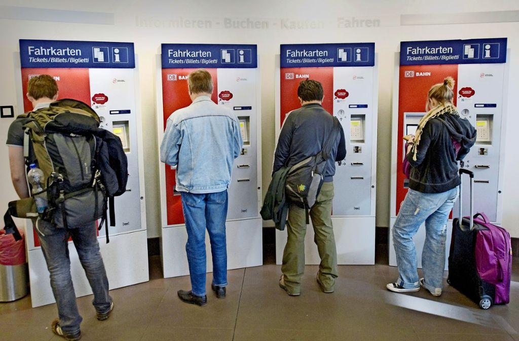 Die Schlangen vor den Fahrkartenautomaten werden kürzer – sagt die Bahn. Foto: dpa