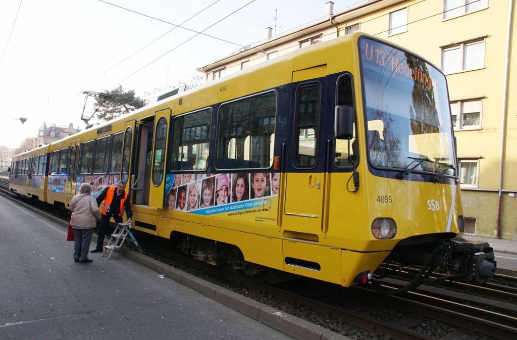 In der Waiblinger Straße auf Höhe der Daimlerstraße soll eine Stadtbahn einen Fußgänger erfasst haben. Foto: Andreas Rosar Fotoagentur-Stuttg