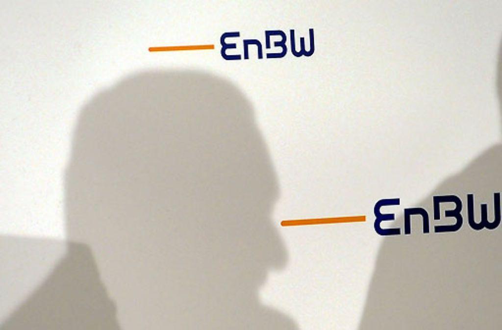 Licht und Schatten liegen für Ministerpräsident Stefan Mappus – hier sein Umriss bei einem Auftritt vorige Woche bei der EnBW – derzeit nah beieinander. Foto: dpa
