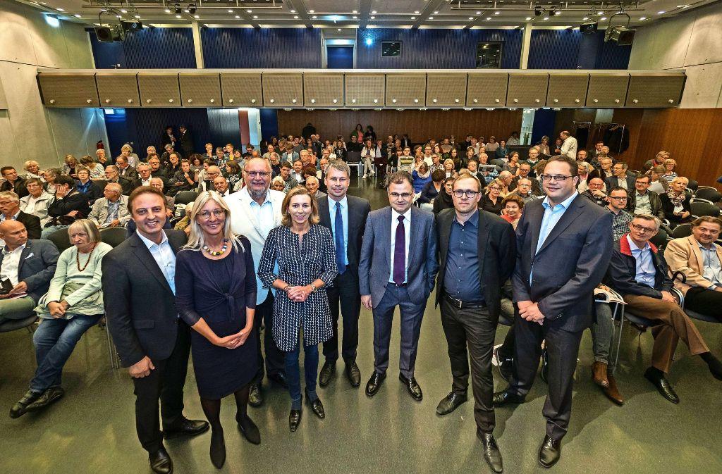 Die Kandidaten und die Moderatoren vor Beginn des Gesprächs im fast voll besetzten großen Saal des Kulturzentrums. Foto: factum/Weise