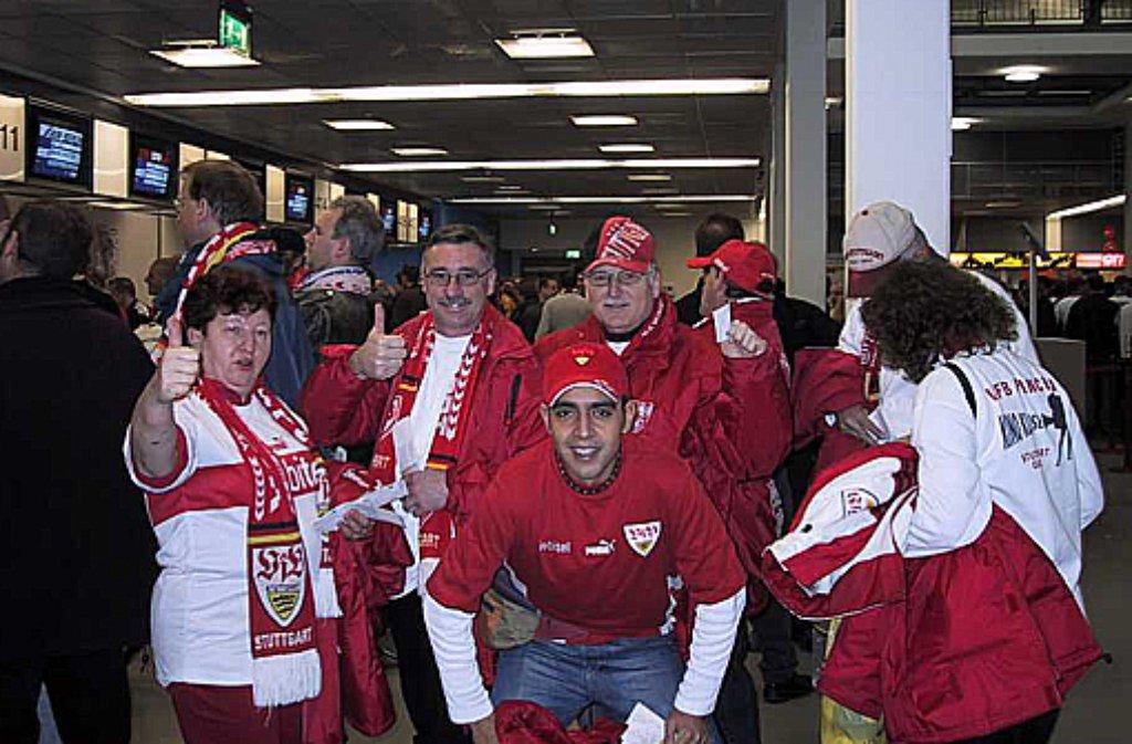 Immer gut drauf! Die gemischte Truppe des VfB-Fanclubs Stuttgart-Giebel beim Betriebsausflug zum Spiel der Roten gegen Manchester United.  Foto: OFC Stuttgart-Giebel