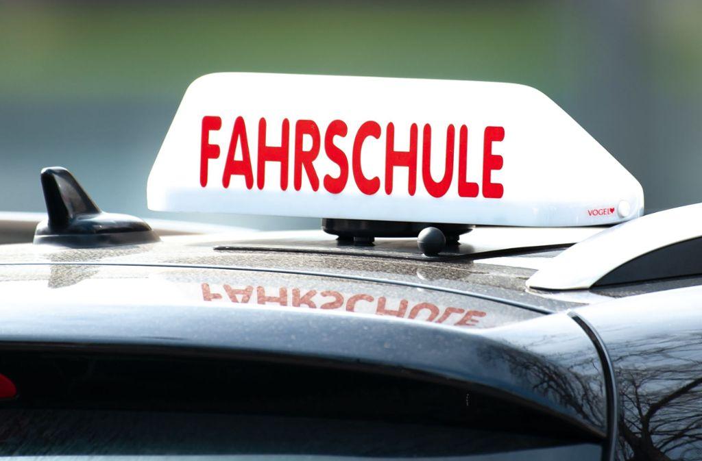 Eine 19-Jährige wurde am Donnerstag in Vaihingen/Enz mit ihrem Auto in ihrer Fahrprüfung von einem anderen Autofahrer übersehen. (Symbolbild) Foto: dpa