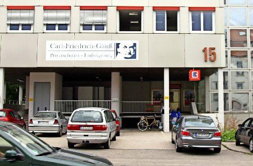 Das Schild wird bald verschwinden – und auch die Pläne für eine Kita an der Gauß-Schule haben sich zerschlagen. Foto: factum/Weise