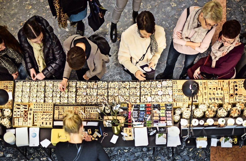 Eine Fundgrube auch für Kleinigkeiten: vom  Ministempel  bis zum Designer-Stehtisch mit Kabelfach ist alles vertreten. Foto: Lg/Max Kovalenko