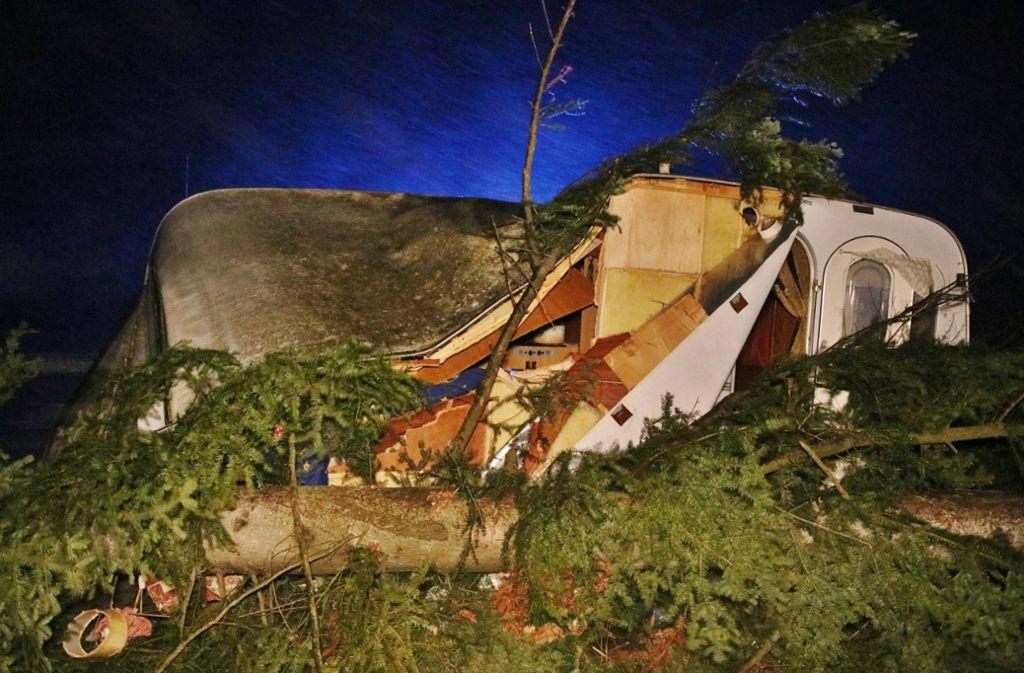 In Kaisersbach traf ein umstürzender Baum einen Wohnwagen. Foto: 7aktuell.de/Kevin Lermer