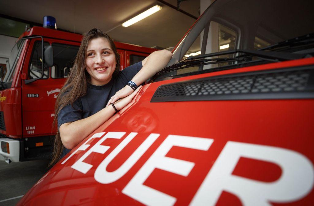 Maria-Elena Dubberke hat am Wochenende ihr eigenes Löschfahrzeug nach Antwerpen begleitet. Von dort soll es nach Paraguay verschifft werden. Foto: Gottfried Stoppel