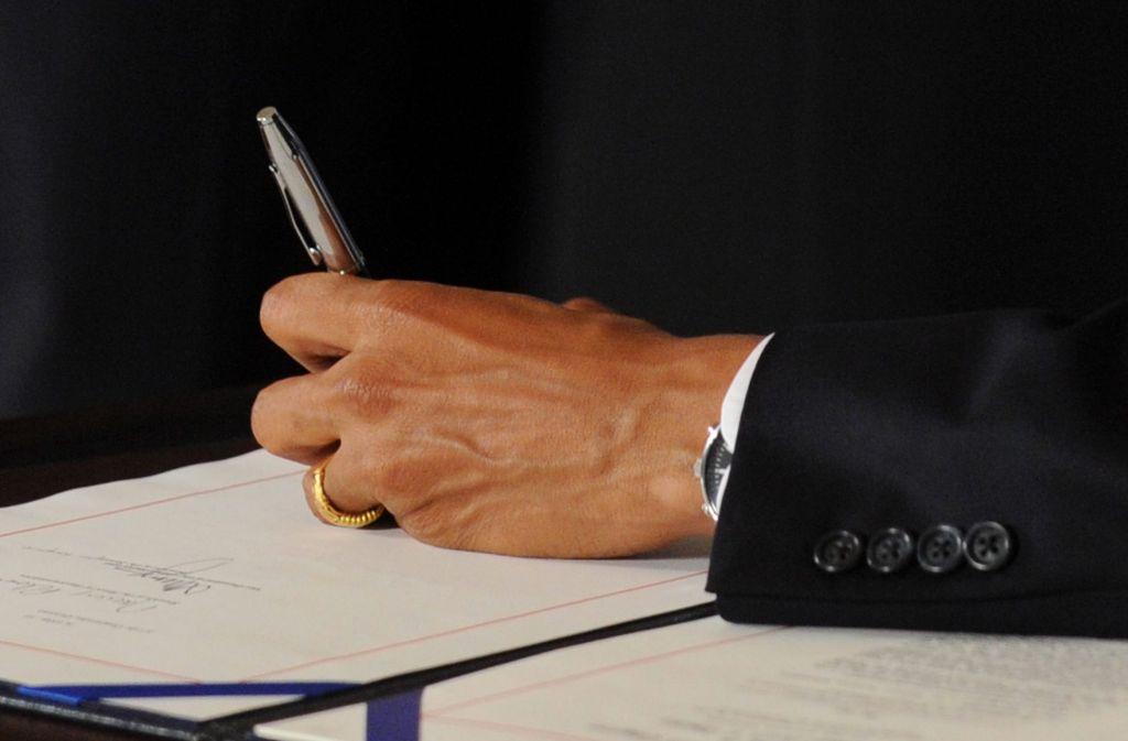 Am 13. August wird der 42. Internationale Linkshändertag begangen: Der ehemalige US-Präsident Barack Obama (beim Unterzeichnen eines Dokuments) ist einer der prominentesten Linkshänder. Foto: dpa