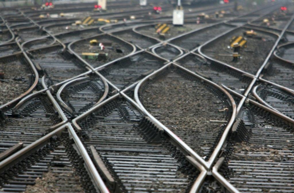 Weil Kinder auf den Gleisen spielten, musste der Bahnhof in Zuffenhausen gesperrt werden.  Foto: dpa/Symbolbild
