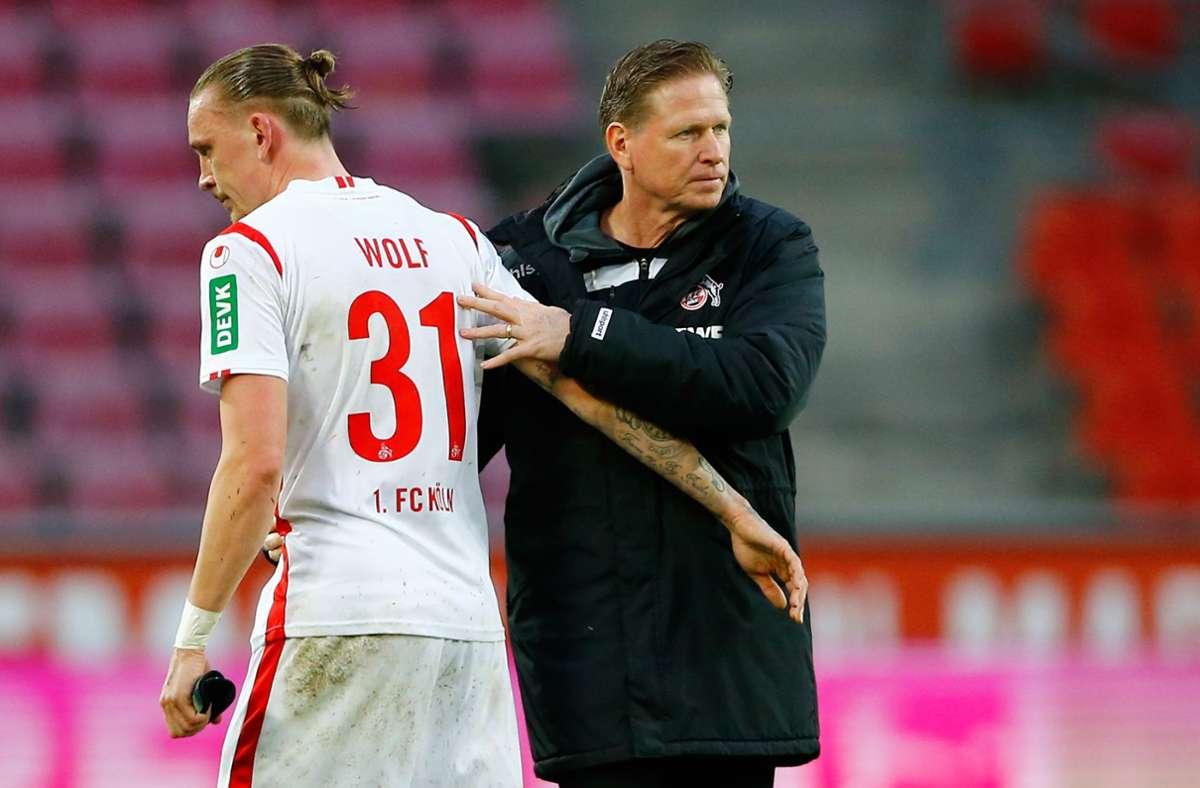 Kölns Trainer Markus Gisdol (rechts) bedankt sich nach dem Spiel bei Marius Wolf. Foto: dpa/Thilo Schmuelgen