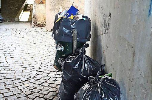 Hausmüll auf der Straße, Verpackungen im Grünen