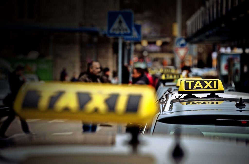 Taxis stehen in Stuttgart zu Hunderten bereit, aber Elektrotaxis sind Mangelware. Das soll sich ändern. Foto: Lichtgut/Leif Piechowski