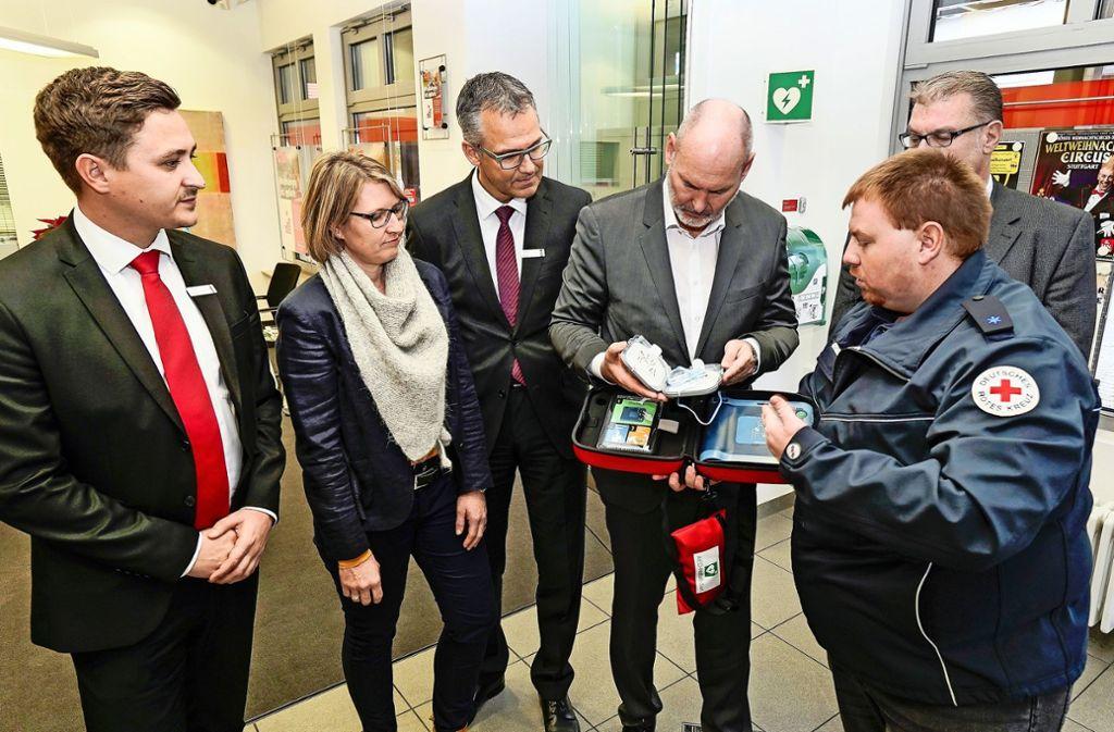 """""""Falsch machen kann man nur etwas, wenn man nicht hilft!"""", sagt Sanitäter Kevin Schöneck und erklärt den Defibrillator. Foto: factum/Jürgen Bach"""