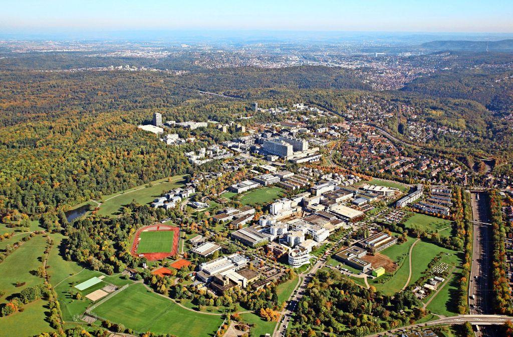 Auf der Grünfläche zwischen der B14 und der Nobelstraße wollen die Uni und die Fraunhofer-Gesellschaft bauen. Foto: z/Luftbild Brugger