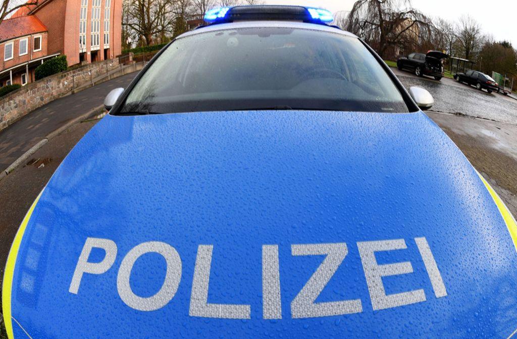 Ein Streifenwagen der Polizei wird von einer Stahlkugel getroffen (Symbolbild). Foto: picture alliance/dpa/Carsten Rehder
