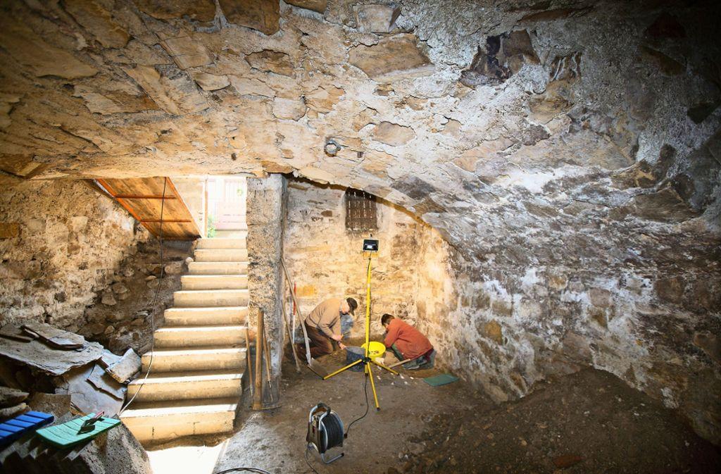 Im Gewölbekeller  sondieren Mitarbeiter der Archäologie AG  die Bodenschicht. Foto: Horst Rudel