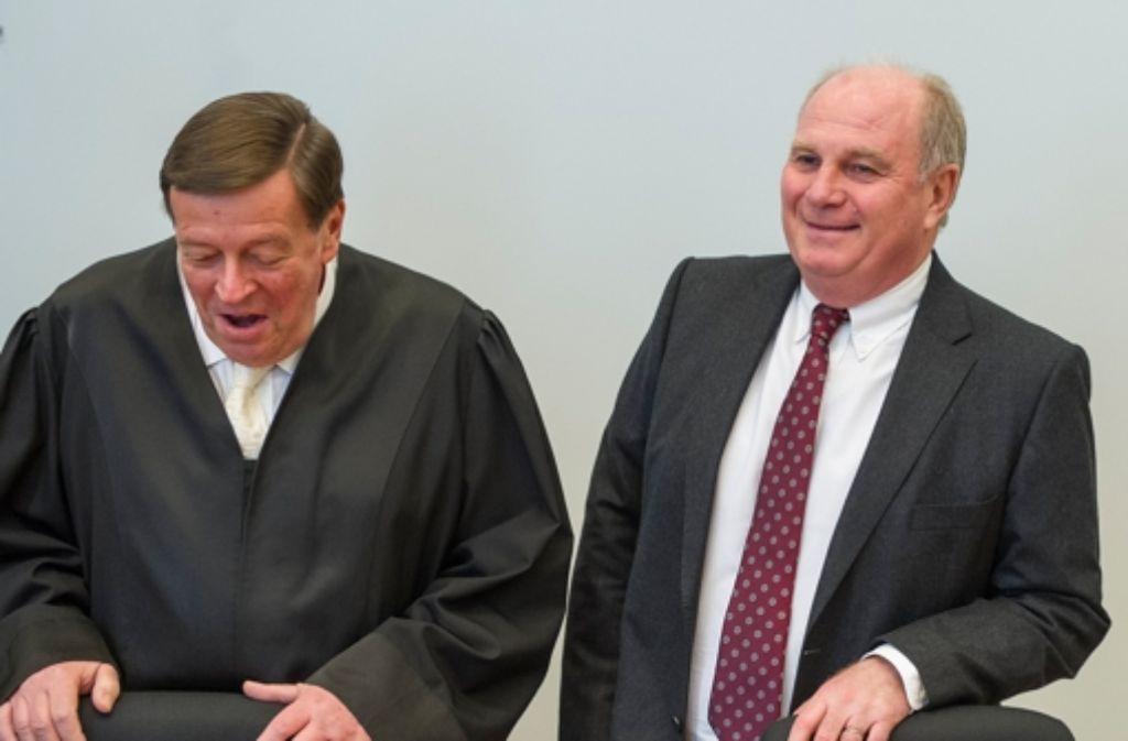 Anwalt Hanns Feigen (links) tritt bei der Verteidigung von Uli Hoeneß kraftvoll auf. Klicken Sie sich in unserer Fotostrecke durch Uli Hoeneß' Karriere. Foto: dpa
