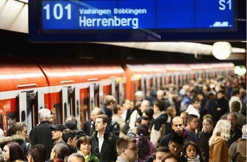 Der Fahrgastboom führt zu langen Haltezeiten an den Stationen. Foto: Achim Zweygarth